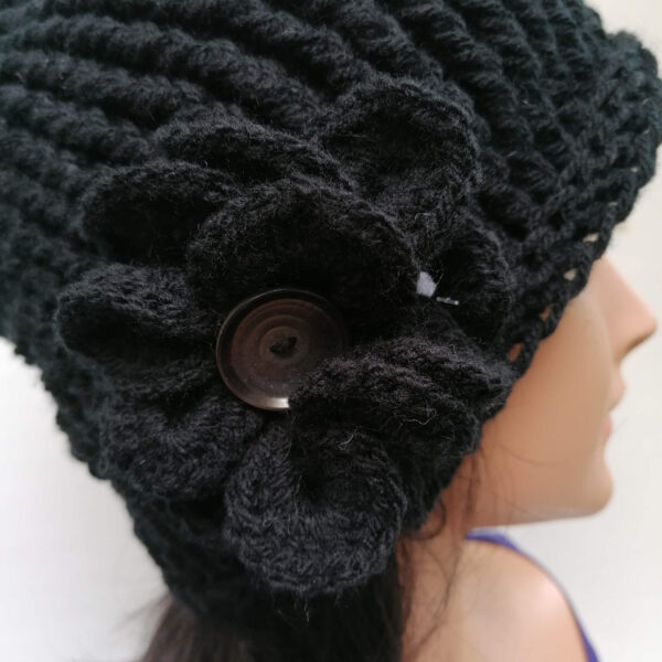 muts damesmuts gehaakt bloem zwart detail