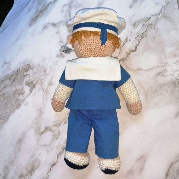 Baby knuffel matroos achter