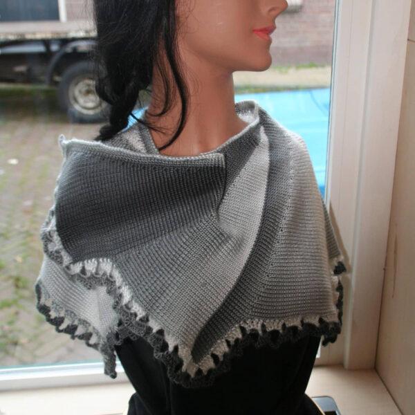 Sjaal omslagdoek gebreid grijs
