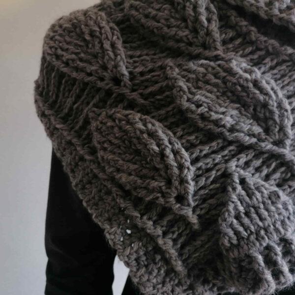 Sjaal bladmotief gebreid grijs detail
